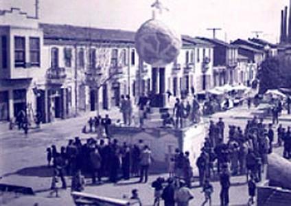 """1945. La comissió fallera """"plantà"""" el seu monument al carrer Luis Cendoya, en el moderm nucli de la població."""