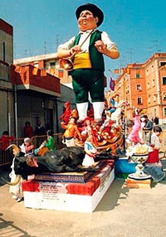 """Durante algunos años la Parroquia de San José """"planto"""" su falla. Antonio Cosin Mares aportó sus conocimientos artísticos. Los monumentos eran construidos por los propios vecinos de aquel barrio del Puerto de Sagunto. En la foto, la falla de 1987."""