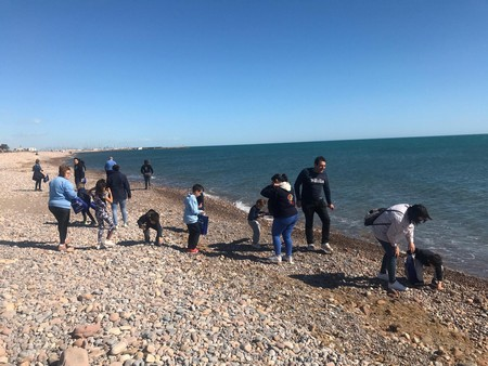 Los infantiles de Eduardo Merello salen a limpiar la playa del Puerto