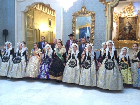 Les Fallers Majors assiteixen a l'acte de proclamació de la Bellea del Foc d'Alacant