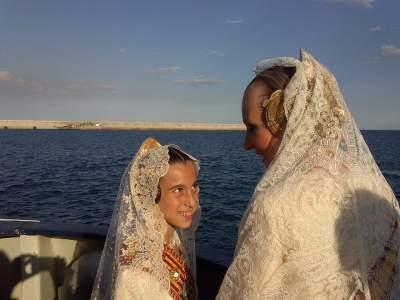 Patricia i Sonia participen en l'ofrena floral marítima